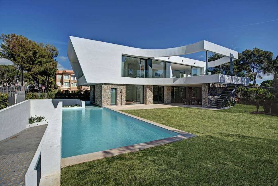 Chic House Curving Two Story Patio