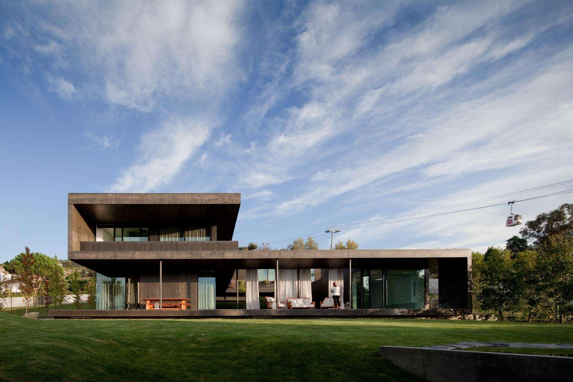 Long Volume Concrete Open House Rooftop Design