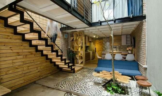 Small Home Maximizes Space Ventilation Using Cool Atrium