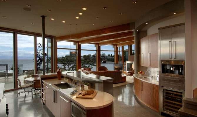 West Coast Modern Beach House Brings Outside